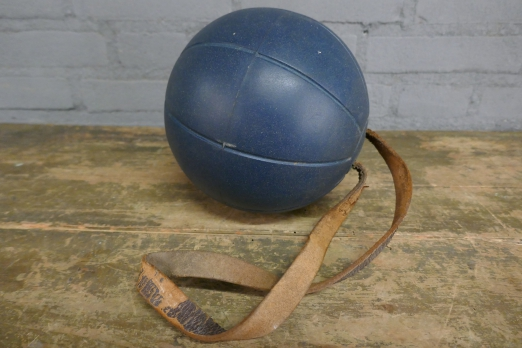 Oude boksbal | gymbal | old boxing ball foto 2